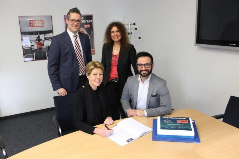 Weitere 2 Jahre Partner. V.l.n.r.: Stefan Fenderl (König-Pilsener-ARENA), Britta Sippel (Westfunk) Concetta Alba-Wrobel (FUNKE Media Sales NRW), Florian Wels (König-Pilsener-ARENA)