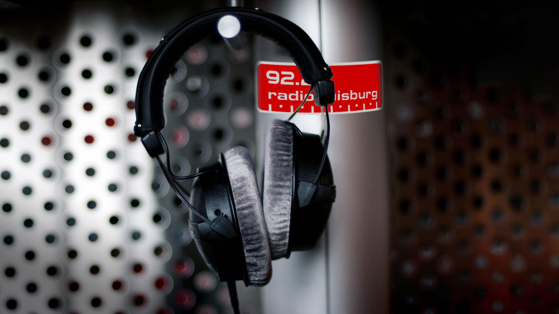Das Studio in einer Nahaufnahme mit einem Kopfhörer von Radio Duisburg.