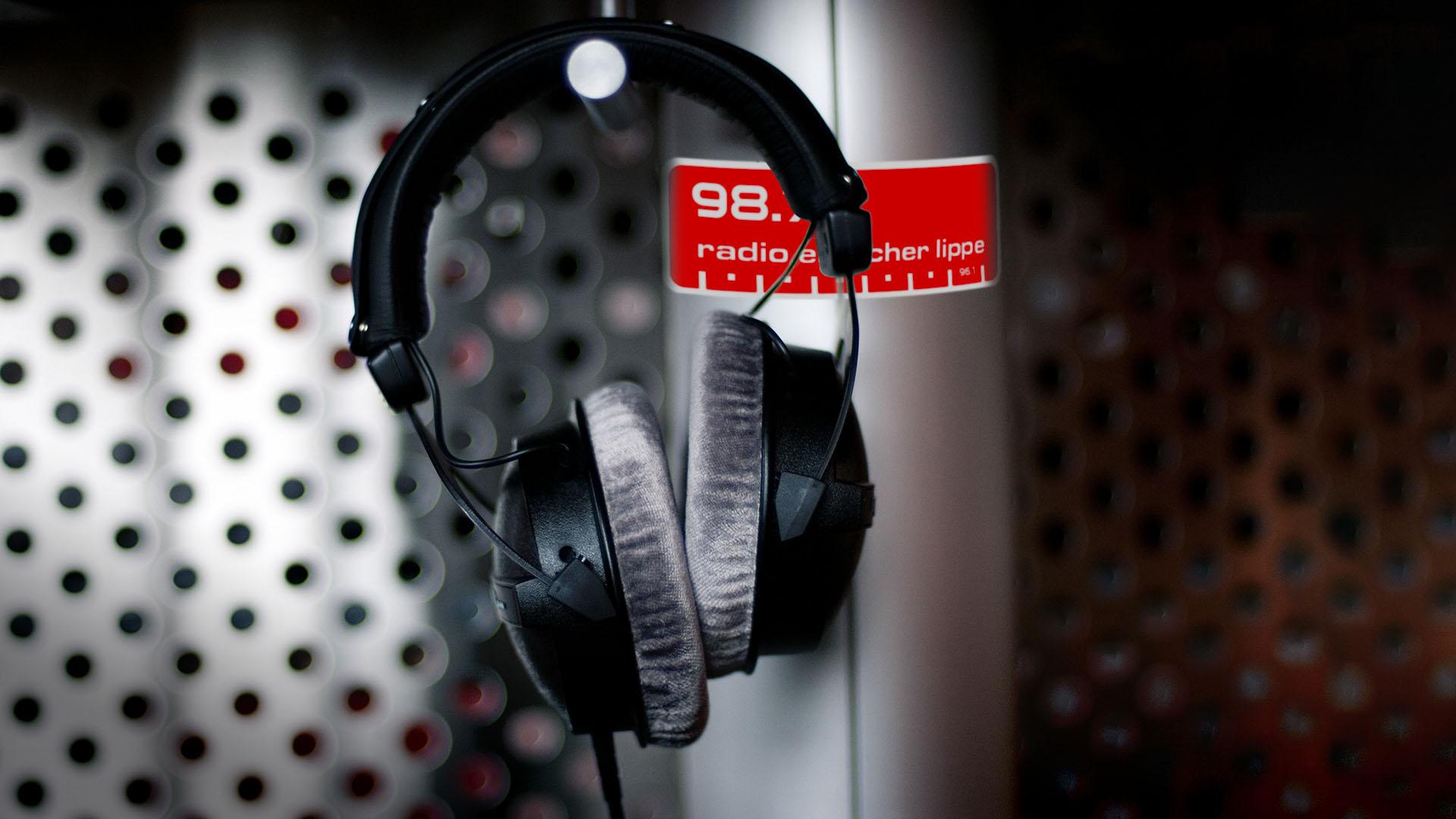 Das Studio in einer Nahaufnahme mit einem Kopfhörer von Radio Emscher Lippe.