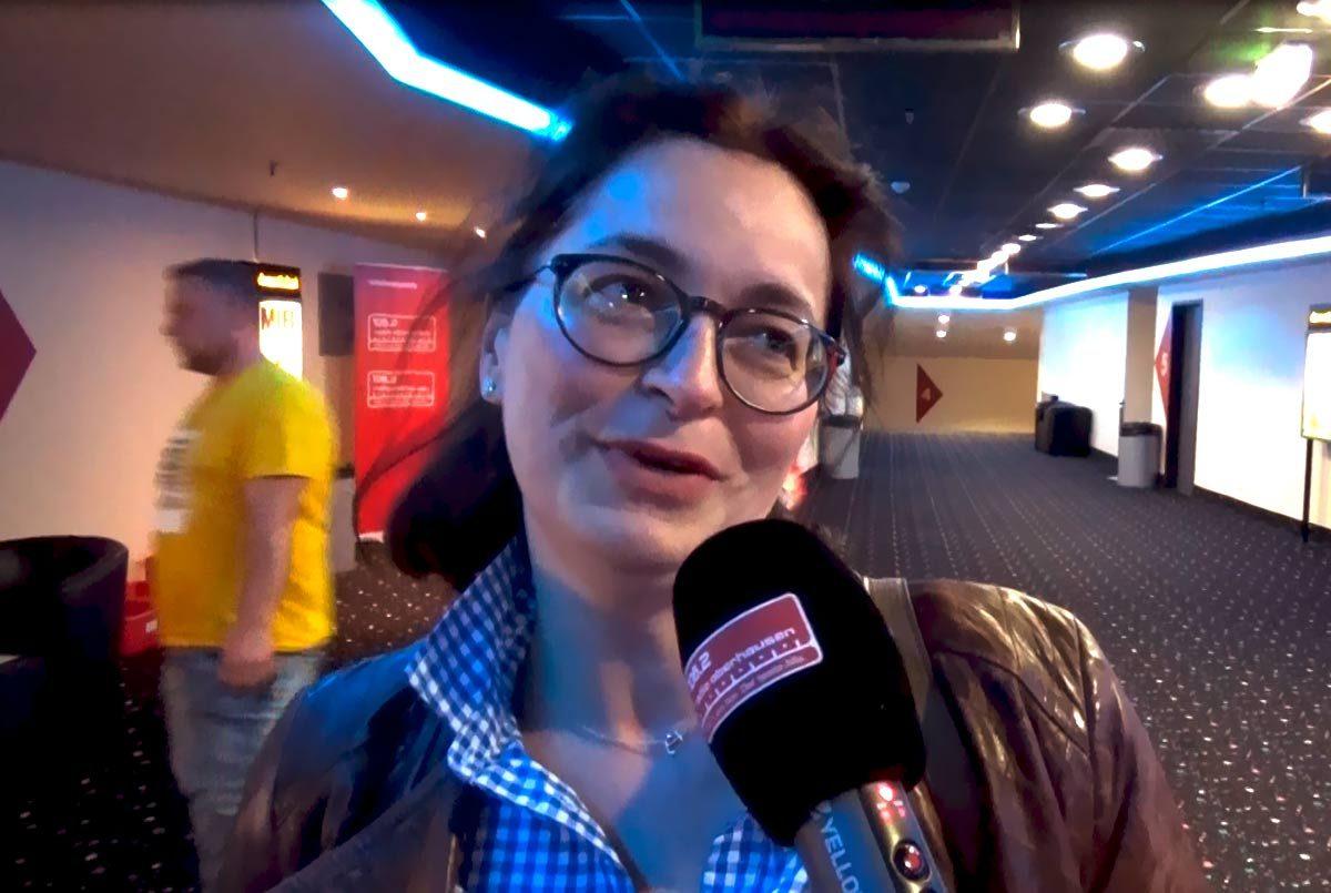 Eine Hörerin von Radio Oberhausen vor dem Mikrofon im Interview.