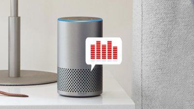 Amazon Alexa steht auf einem Tisch. Davor schwebt eine Sprechblase mit Equalizer-Balken, die Musikausgabe symbolisieren.