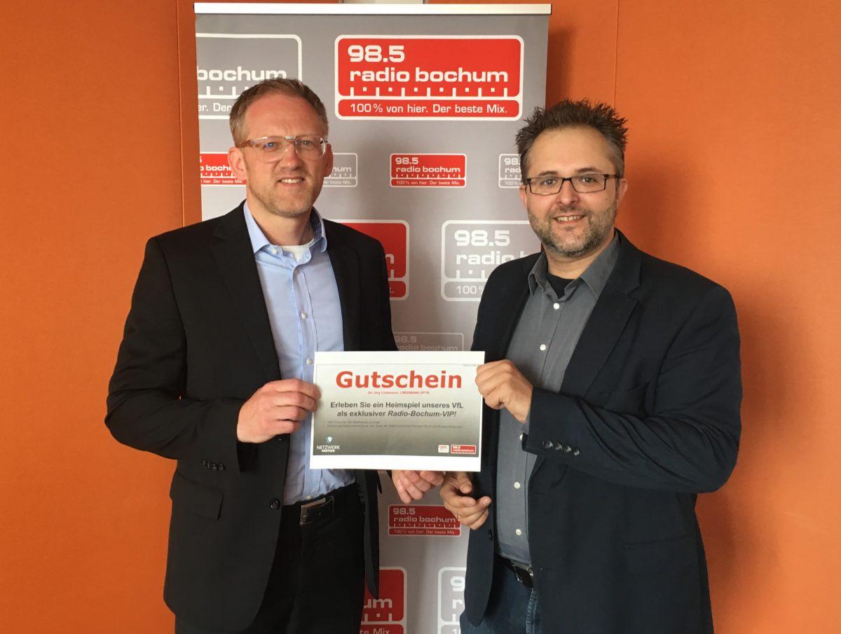 Der Gewinner des Tipp-Kick steht fest. Jörg Lindemann (Lindemann Optik) und Tobias Madey (Mediaberater Radio Bochum bei FUNKE Media Sales NRW)emann (Lindemann Optik) und Tobias Madey (Mediaberater Radio Bochum bei FUNKE Media Sales NRW)
