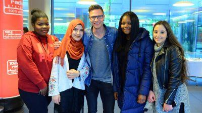 """Ein Gruppenfoto mit einem Finalisten und seinen Schülern bei der Aktion """"Coolster Lehrer"""" mit Radio Essen."""
