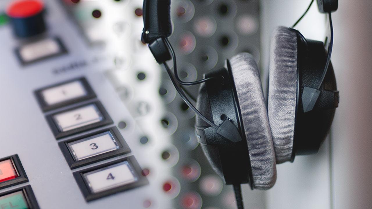 Das Studio in einer Nahaufnahme mit einem Kopfhörer von Radio Oberhausen.
