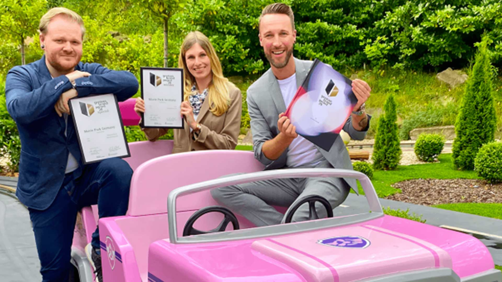 "Das Marketing Team des Movie Park Germany hält die begehrte Auszeichnung ""german brand award 2020"" in den Händen. Foto: Movie Park Germany."