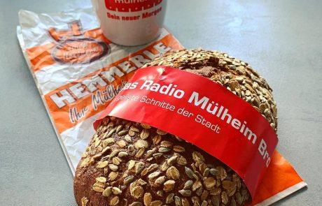 Das Radio Mülheim-Brot mit der passenden Tasse. Foto: Westfunk
