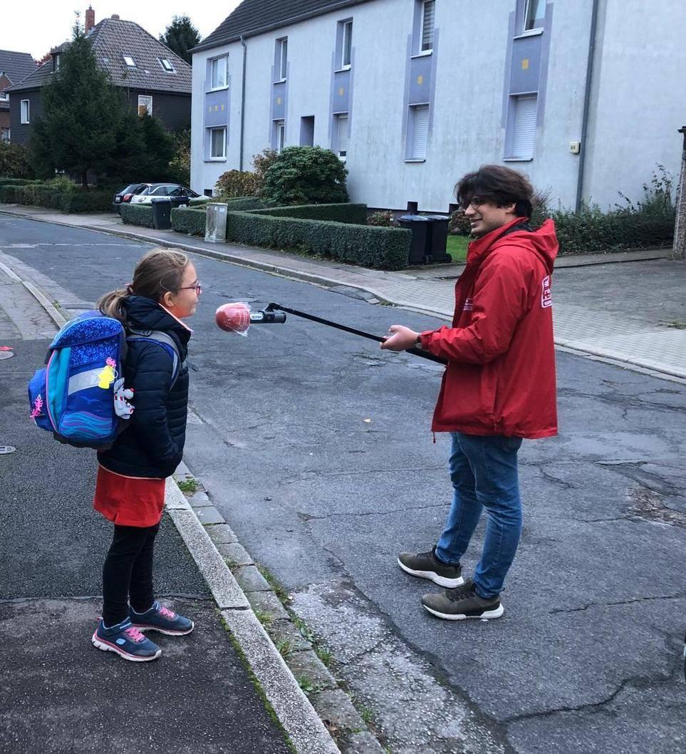 Ein Reporter von Radio Bochum interviewt eine Schülerin. Foto: Radio Bochum