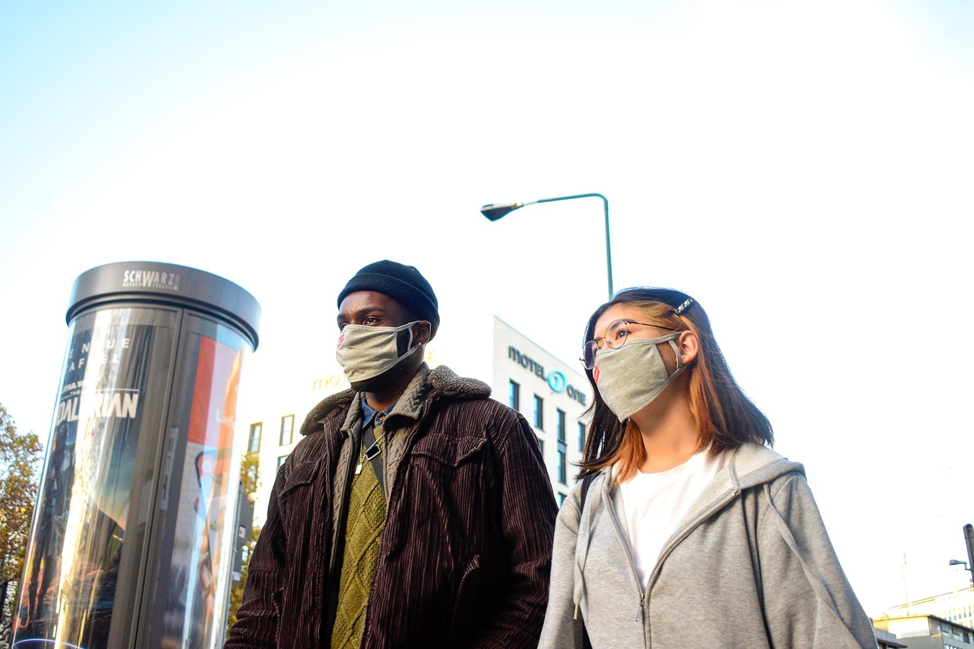 Die grauen Westfunk-Masken passen zum Freizeitlook.