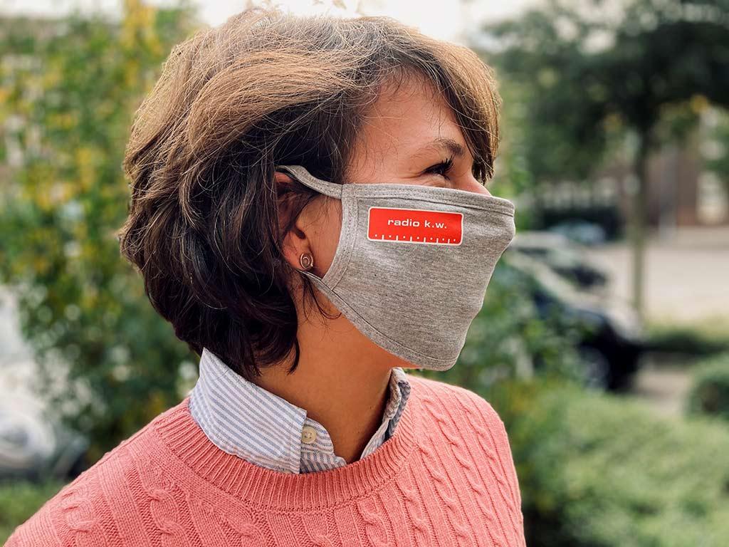 Steffi Hain von Radio K.W. am Morgen trägt den Mund-Nasen-Schutz mit Logo sichtlich gerne. Foto: Radio K.W.