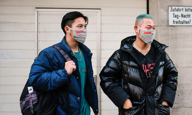 Wartende Passanten mit Rucksack und Westfunk Radio-Masken.