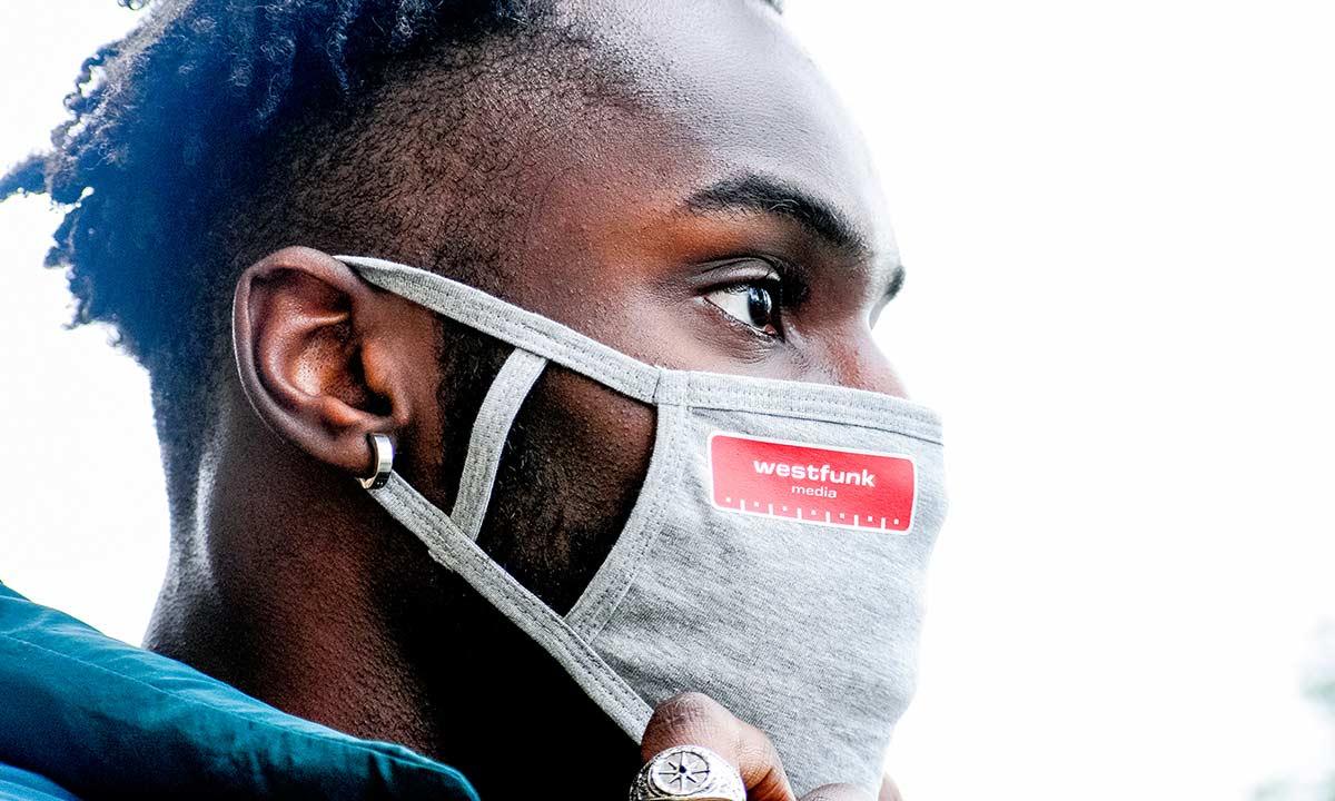 Der Mund-Nasen-Schutz von Westfunk sitzt bequem und schützt. Foto: Westfunk