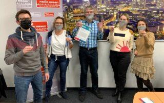 Chefredakteur Christian Pflug (Mitte) freut sich mit seinem Team von Radio Essen über den Audiopreis 2020 der LfM. Foto: Radio Essen